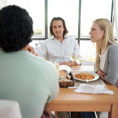 """""""Onun ailesiyle tanışmak ister misiniz?"""" sorusuna vereceğiniz cevap: - Evet isterim.  - Aileleri bu işe karıştırmak hiç doğru değil.  - Onun ailesi beni hiç ilgilendirmiyor.  - Eninde sonunda aileyle tanışmayı umut ediyorum.  Eğer bu açıklamalardan hiç değilse ikisi onun düşünceleriyle örtüşüyorsa, ilişkiyi önemsediği ve devam ettirmek için elinden geleni yapmaya hazır olduğu anlaşılıyor. Ama aileleri işe karıştırmaktan kaçınan birinin niyetinin ciddi olduğunu söyleyemeyiz."""